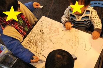 となりのキッツルームでは子供達が楽しくお絵描き♪