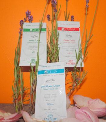 Trois échantillons de crème Vata, Pitta et Kapha posés sur brins de lavande