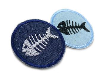 Bild: schwarzes Fischskelett auf hellblauem Jeansflicken, maritimer Flicken zum aufbügeln mit Fischgräten Fisch