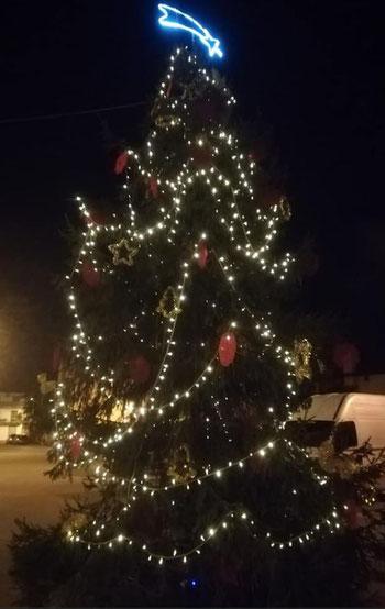 L'albero di Natale allestito in piazza a Baseglia dalla Pro Loco I Due Campanili