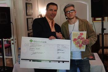 Sascha Hohner (links) gratuliert Bastian Klee (rechts), dem Sieger des Schreibwettbewerbs. Foto: Jens Warmers