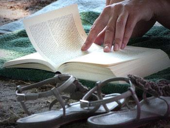 Lektüre am Strand - Beim Lesen eines Buches will man die Zeit vergessen.
