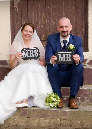 Hochzeitspaar mit Mr und Mrs Schild