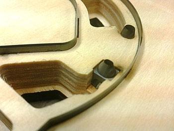 トムソン刃と高精度の彫刻刃 (楕円カス排出) との組み合わせ