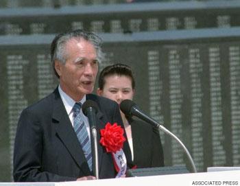 1995年6月23日、沖縄戦集結50年式典で挨拶する村山富市首相