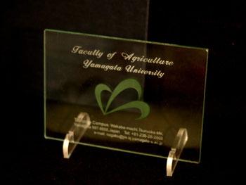 山形大学農学部記念品ガラス彫刻フレーム