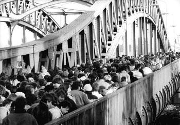 Mauerfall an der Bösebrücke, © Bundesarchiv