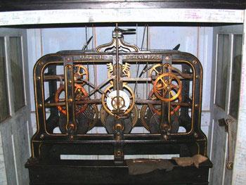 Uhrwerk von 1905 im Turm der Alten Schule