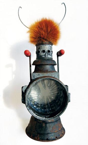 Deus ex machina, Lampe, Eimerhenkel, Verpackungsmaterial,  Röntgenaufnahme, Fell