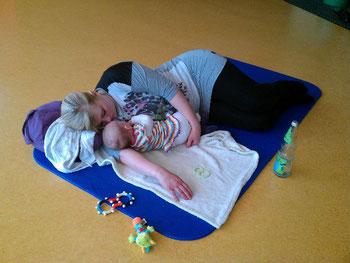 Mama und Baby entspannt nach einer Yogastunde