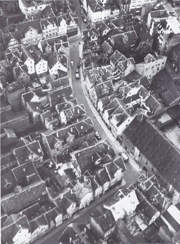 Die ursprüngliche Schäfergasse vor der Zerstörung. Das Wohnhaus der Nussbaums ist das zweite nach dem rechtwinkligen Knick auf der rechten Seite.