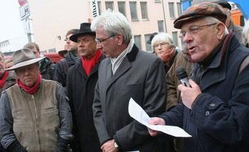 Gunter Demnig, (Dr. Rabani Alekuzei), OB Bertram Hilgen, Jochen Boczkowski (von links nach rechts)