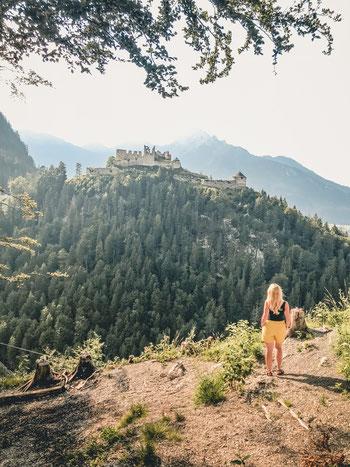 Blick auf die Burgruine Ehrenberg