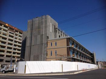 10.7現在の駅北庁舎。外壁もしっかり。南側はもう出来上がり??