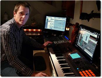Jan Lich mit seinem Instrument, dem Synthesizer