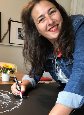 Karin beschriftet Hochzeitstafel, August 2020