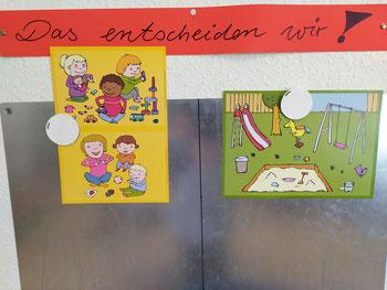 Die Kinder können hier z.B. entscheiden, ob sie im Gruppenraum spielen oder den Spielplatz besuchen möchten. Dazu heften Sie einen Button mit ihrem Foto unter das entsprechende Bild.