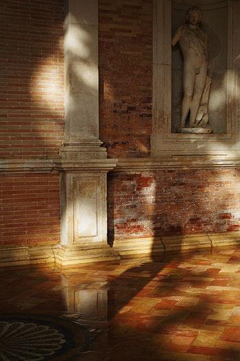 Photographie, Espagne, Andalousie, Séville, casa de Pilatos, palais, art, art mudéjar, architecture, patio, galerie, lumière, arcs, sculpture, stucs, briques, mosaïques, Mathieu Guillochon