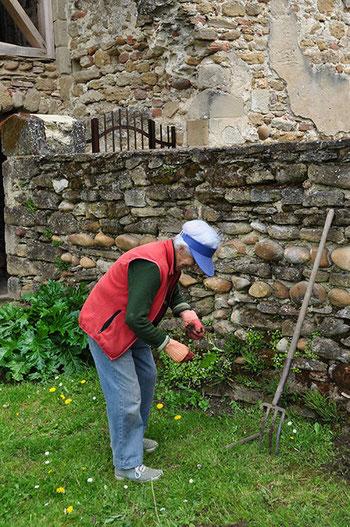 L'entretien des abords : un important travail de jardinage