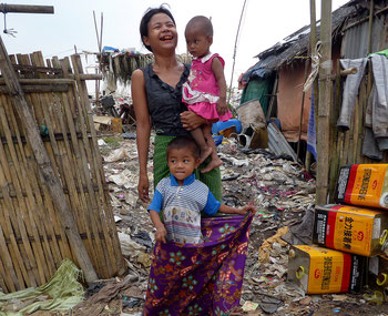 Une mère du bidonville avec ses deux enfants.