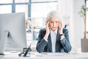 Chronischer Stress kann Kopfschmerzen auslösen.