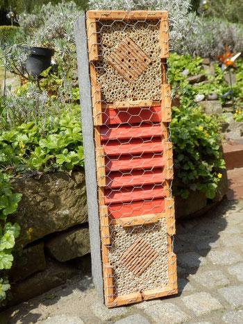 M2 / kombinierte Wildbienenbrutstätte u. Überwinterhilfe für Schmetterlinge, Marienkäfer sowie Florfliegen