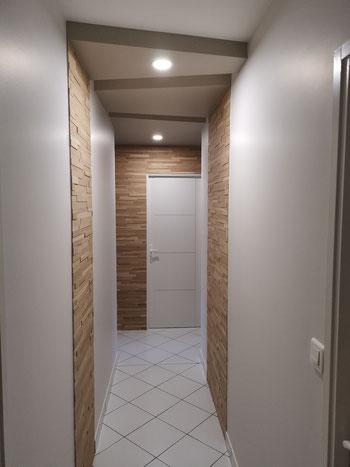 Création d'un couloir contemporain avec parement bois