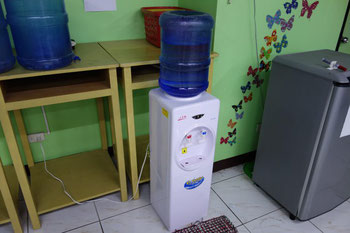 オフィスや店、至るところにこんな自動給水機が
