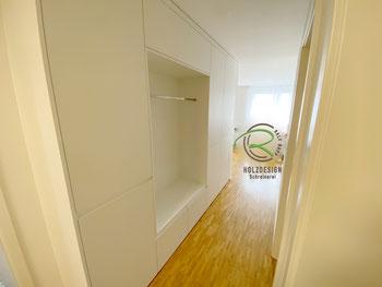 Garderobenschrank in weiß mit offener Garderobennische mit Kleiderstange u. weißer Griffleiste