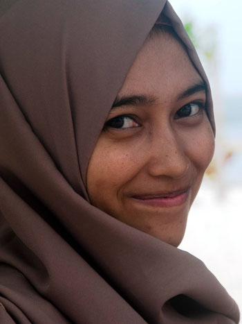 Lokale lachende vrouw op Sulawesi