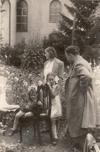 Erwin Bowien beim Malen im Friedhof von Kreuzthal - 1944. Von links nach rechts: Bettina Heinen, Erna Heinen-Steinhoff, Gabriele Heinen und Erwin Bowien