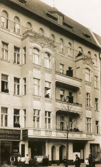 Historisches Foto aus dem Jahr 1906: eines der Häuser die Erich Bowien, der Vater von Erwin Bowien,  in Berlin gebaut hat (damals Kirchplatz. 6, jetzt Gierkeplatz in Berlin Charlottenburg)