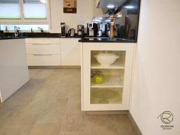 Küchenunterschrank als Glasvitrine, weiße, offene Hochglanz Wohnküche mit Granit Arbeitsplatte Nero Assoluto poliert mit kleiner Kochinsel u. Sitzplatz, raumhoher Hochschrankzeile mit Glasvitrinen als Küchenabschluss