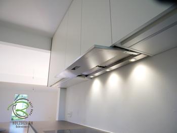 Schreinreiküche von Schreinerei Holzdesign Ralf Rapp in Geisingen mit raumhohen Küchen-Oberschränken in weiß und Nussbaumdekor mit hochwertigem Flachpaneellüfter