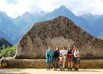 avec nos amis suisses Thery et Annie devant la Roche Sacrée