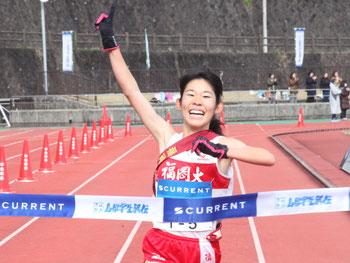 トップでゴールする福岡大アンカーの光恒悠里