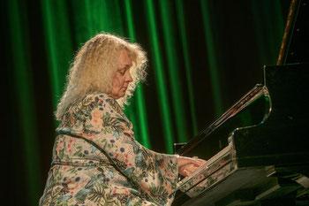 Die Hand der Tastenflüsterin beim berührenden Klavierspiel