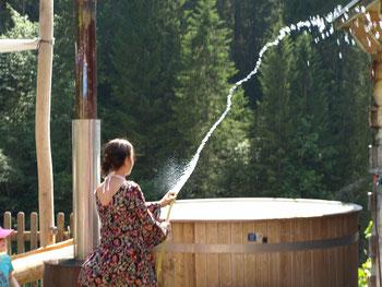 Badevergnügen der besonderen Art  im privaten Bottich