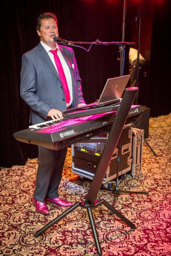 hugo's one man band, zang, keyboards, keyboardspeler, pianist,livemuziek