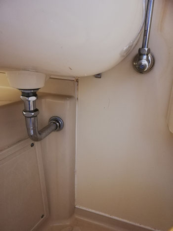 ユニットバス内の洗面ボウル下部にカビが溜まりやすい