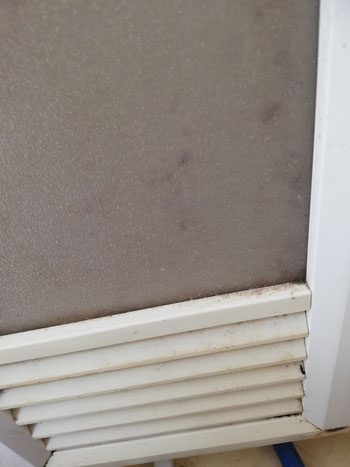 ユニットバスの扉の換気口。ここも汚れが溜まりやすいポイントです。