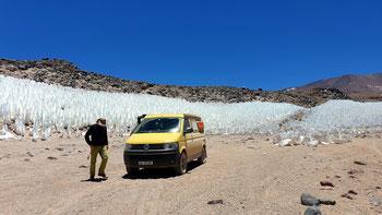 Vereiste Schneefelder auf dem Weg zum Crater Corona del Inca