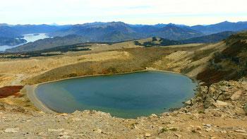 Auf dem Vulkan Batea Mahuida mit Blick auf den Kratersee