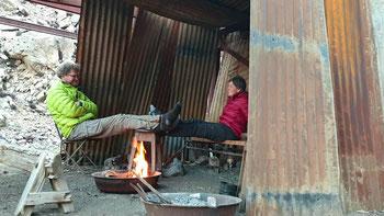 Nach der Wanderung geniessen wir das Lagerfeuer