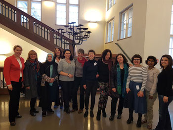 Bezirksbürgermeisterin Giffey (ganz links), Gleichstellungsbeauftragte Sylvia Edler (4. von links) sowie Mitarbeiterinnen und ehemalige Teilnehmerinnen von TIO
