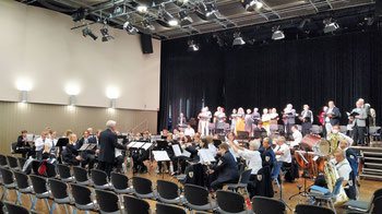 Städt. Musikverein Erkelenz 1829 e.V und der Cornelius Burgh Chor bei der Anspielprobe