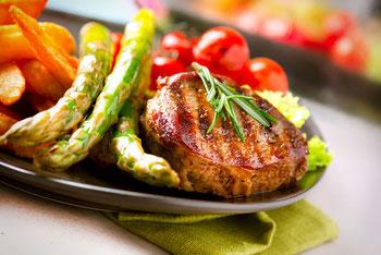 Rindfleisch-Steak gegrillt mit Bratkartoffeln, Spargel und Cherry Tomaten
