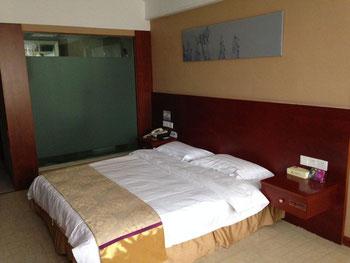 Ein typisches Hotelzimmer, wie es ebenso häufig von Prostituierten wie von Reisenden genutzt wird.