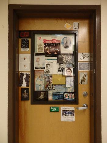 スタジオの前にあるマイクのオフィス。貼ってあるものもいくつか見覚えが