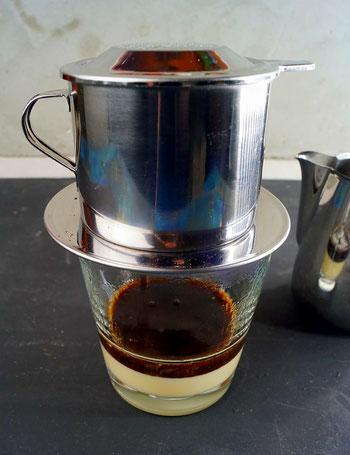 leise tröpfelt der vietnamesische Kaffee ins Glas